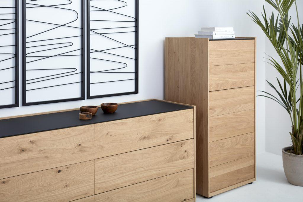 Collection NICOLAS - Vue sur le chiffonnier et la commode en bois clair.