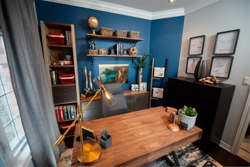 Home ofice composed of a wooden desk, a lamp table, a desk chair and many storage. Discover Scott's tips to renovate your own home office!