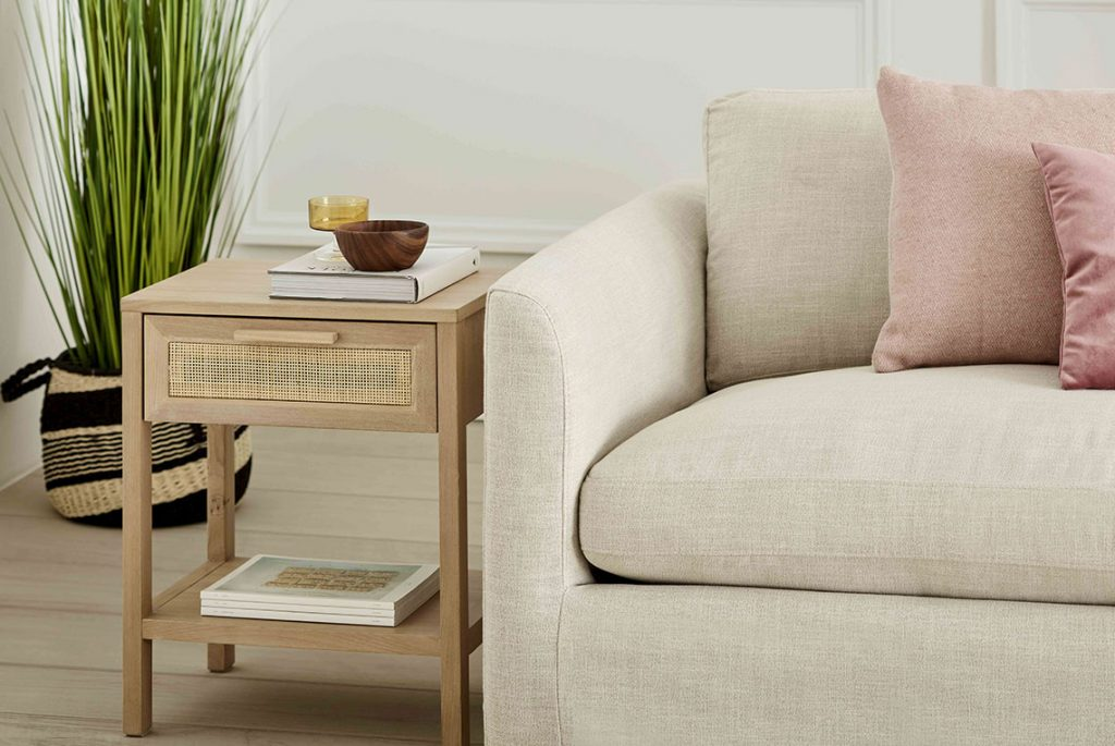 Linen and rattan, a delicate vintage style